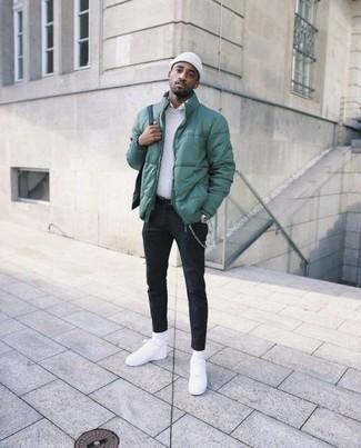 Wie kombinieren: grüne Daunenjacke, weißer Pullover mit einem Rundhalsausschnitt, weißes Businesshemd, schwarze Chinohose