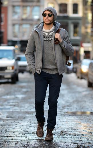 Wie kombinieren: graue Daunenjacke, grauer Pullover mit einem Rundhalsausschnitt mit Fair Isle-Muster, dunkelblaue Chinohose, dunkelbraune Lederfreizeitstiefel