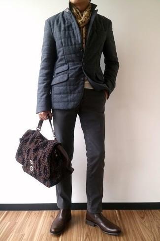 Wie kombinieren: dunkelgraue Daunenjacke, hellbeige Pullover mit einem Rundhalsausschnitt, dunkelgraue Chinohose, dunkelbraune Chelsea-Stiefel aus Leder
