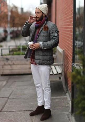 20 Jährige: Braune Lederhandschuhe kombinieren – 8 Herren Outfits: Eine graue Daunenjacke und braune Lederhandschuhe sind eine kluge Outfit-Formel für Ihre Sammlung. Fühlen Sie sich ideenreich? Komplettieren Sie Ihr Outfit mit dunkelbraunen Wildleder Slippern.