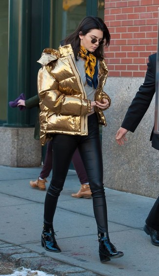 Grauen Pullover mit einem Rundhalsausschnitt kombinieren – 499 Damen Outfits: Wenn Sie einen tollen, legeren Look erzeugen müssen, bleiben ein grauer Pullover mit einem Rundhalsausschnitt und eine schwarze enge Hose aus Leder ein Klassiker. Fühlen Sie sich ideenreich? Vervollständigen Sie Ihr Outfit mit schwarzen Schnürstiefeletten aus Leder.