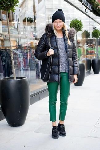Wie kombinieren: schwarze Daunenjacke, grauer Pullover mit einem Rundhalsausschnitt, grüne enge Hose aus Leder, schwarze klobige Wildleder Oxford Schuhe