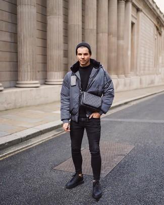Dunkelgraue Daunenjacke kombinieren – 65 Herren Outfits: Eine dunkelgraue Daunenjacke und schwarze enge Jeans mit Destroyed-Effekten sind eine perfekte Outfit-Formel für Ihre Sammlung. Schwarze Leder niedrige Sneakers bringen Eleganz zu einem ansonsten schlichten Look.