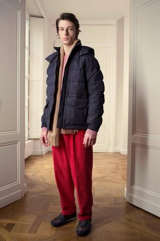 dunkelblaue Daunenjacke, fuchsia Pullover mit einem Rundhalsausschnitt, rote Kordjeans, dunkelbraune niedrige Sneakers für Herren