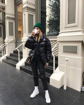 Wie kombinieren: schwarze Daunenjacke, schwarzer Pullover mit einem Rundhalsausschnitt, schwarze Jeans, weiße niedrige Sneakers