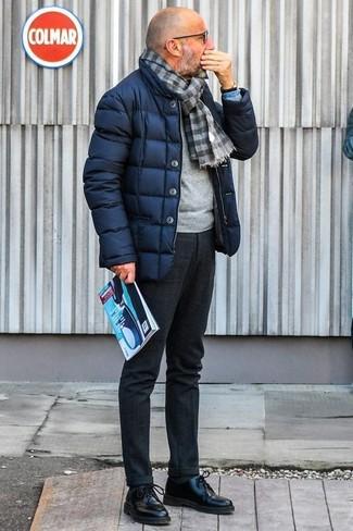 Dunkelgraue Wollanzughose kombinieren: trends 2020: Erwägen Sie das Tragen von einer dunkelblauen Daunenjacke und einer dunkelgrauen Wollanzughose, um vor Klasse und Perfektion zu strotzen. Vervollständigen Sie Ihr Look mit schwarzen Leder Derby Schuhen.