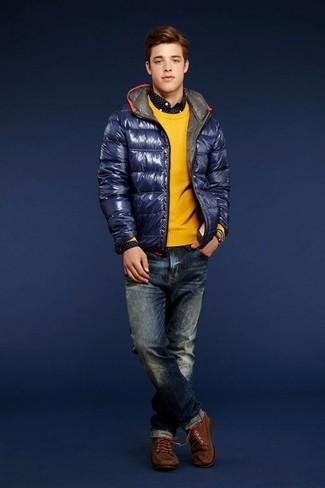 Wie kombinieren: dunkelblaue Daunenjacke, gelber Pullover mit einem Rundhalsausschnitt, schwarzes und weißes gepunktetes Langarmhemd, dunkelblaue Jeans