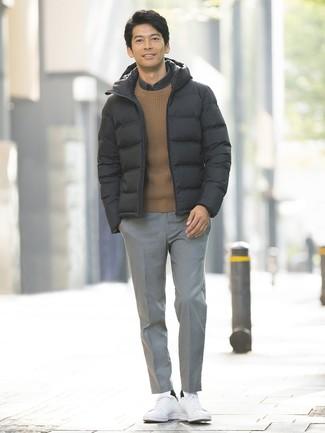Wie kombinieren: schwarze Daunenjacke, brauner Pullover mit einem Rundhalsausschnitt, dunkelgraues Langarmhemd, graue Anzughose mit Schottenmuster