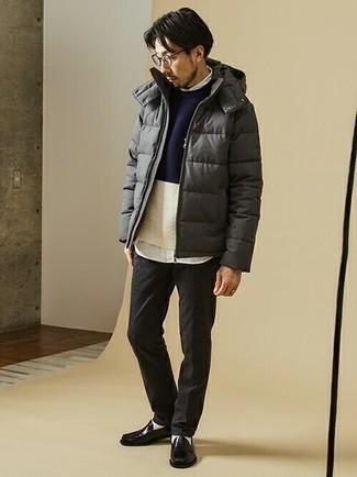 Dunkelgraue Chinohose kombinieren – 470 Herren Outfits kalt Wetter: Kombinieren Sie eine dunkelgraue Daunenjacke mit einer dunkelgrauen Chinohose für Ihren Bürojob. Komplettieren Sie Ihr Outfit mit schwarzen Leder Slippern, um Ihr Modebewusstsein zu zeigen.