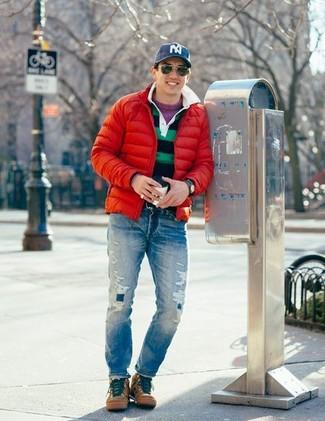 Wie kombinieren: rote Daunenjacke, lila Pullover mit einem Rundhalsausschnitt, dunkelblaues und grünes horizontal gestreiftes Polohemd, blaue Jeans mit Destroyed-Effekten