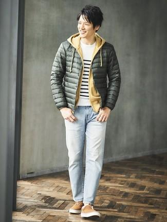 Wie kombinieren: dunkelgrüne Daunenjacke, weißer und schwarzer horizontal gestreifter Pullover mit einem Rundhalsausschnitt, senf Pullover mit einem Kapuze, hellblaue Jeans
