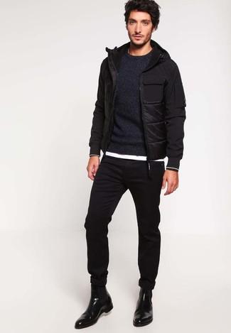 Wie kombinieren: schwarze Daunenjacke, schwarzer Pullover mit einem Rundhalsausschnitt, weißes T-Shirt mit einem Rundhalsausschnitt, schwarze enge Jeans