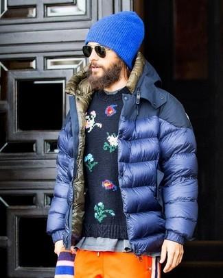 Wie kombinieren: blaue Daunenjacke, dunkelblauer Pullover mit einem Rundhalsausschnitt mit Blumenmuster, graues T-Shirt mit einem Rundhalsausschnitt, orange Jogginghose