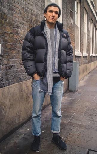 Grauen Pullover mit einem Rundhalsausschnitt kombinieren für kühl Wetter: trends 2020: Vereinigen Sie einen grauen Pullover mit einem Rundhalsausschnitt mit hellblauen Jeans für ein sonntägliches Mittagessen mit Freunden. Fühlen Sie sich mutig? Ergänzen Sie Ihr Outfit mit schwarzen Sportschuhen.
