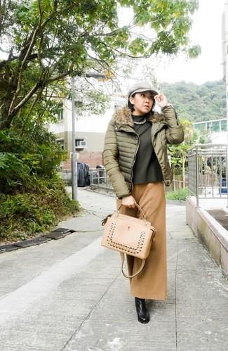 Olivgrünen Pullover mit einem Rundhalsausschnitt kombinieren – 42 Damen Outfits: Ein olivgrüner Pullover mit einem Rundhalsausschnitt und eine beige weite Hose sind ideal geeignet, um einen lässigen Look zu schaffen. Komplettieren Sie Ihr Outfit mit schwarzen kniehohe Stiefeln aus Leder.