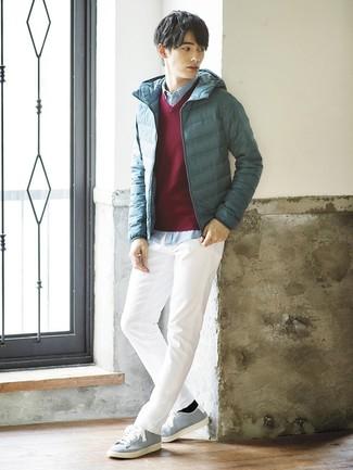Wie kombinieren: dunkeltürkise Daunenjacke, dunkelroter Pullover mit einem V-Ausschnitt, hellblaues Chambray Langarmhemd, weiße Chinohose