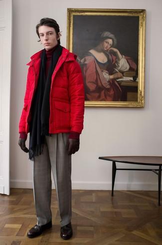 rote Daunenjacke, dunkelroter Rollkragenpullover, graue Anzughose mit Schottenmuster, dunkelrote Brogue Stiefel aus Leder für Herren