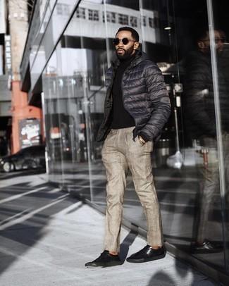 Dunkelgraue Daunenjacke kombinieren – 65 Herren Outfits: Kombinieren Sie eine dunkelgraue Daunenjacke mit einer beige Anzughose mit Schottenmuster für einen stilvollen, eleganten Look. Wenn Sie nicht durch und durch formal auftreten möchten, wählen Sie schwarzen Leder niedrige Sneakers.