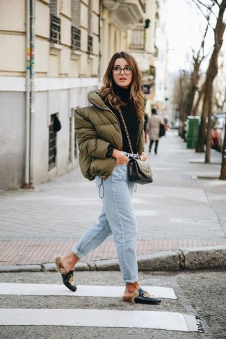 Wie kombinieren: olivgrüne Daunenjacke, schwarzer Rollkragenpullover, hellblaue Boyfriend Jeans, schwarze bedruckte Leder Slipper