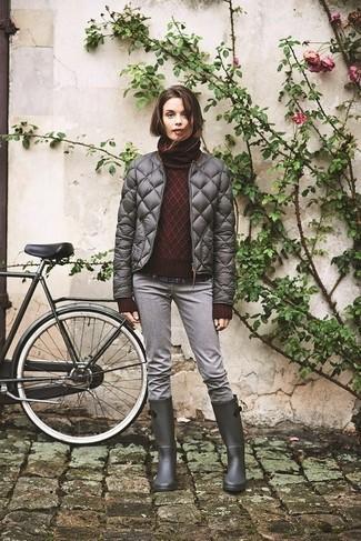 Wie kombinieren: graue gesteppte Daunenjacke, dunkelroter Strick Rollkragenpullover, dunkelblaues Businesshemd mit Schottenmuster, graue Jeans