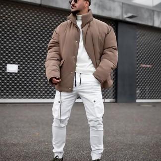 Weiße Cargohose kombinieren – 39 Herren Outfits warm Wetter: Paaren Sie eine beige Daunenjacke mit einer weißen Cargohose für ein sonntägliches Mittagessen mit Freunden. Wenn Sie nicht durch und durch formal auftreten möchten, wählen Sie dunkelgrünen Segeltuch niedrige Sneakers.