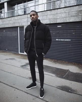 Schwarzen Rollkragenpullover kombinieren – 1045+ Herren Outfits: Tragen Sie einen schwarzen Rollkragenpullover und eine schwarze Chinohose für einen bequemen Alltags-Look. Fühlen Sie sich ideenreich? Ergänzen Sie Ihr Outfit mit schwarzen Segeltuch niedrigen Sneakers.