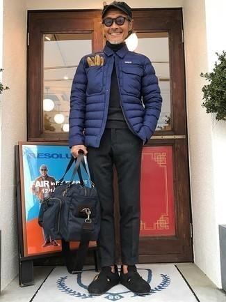 Dunkelblaue leichte Daunenjacke kombinieren – 12 Herren Outfits: Kombinieren Sie eine dunkelblaue leichte Daunenjacke mit einer dunkelgrauen Chinohose, um einen eleganten, aber nicht zu festlichen Look zu kreieren. Schwarze Wildleder Slipper bringen klassische Ästhetik zum Ensemble.