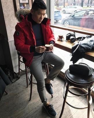 Schwarzen Rollkragenpullover kombinieren – 415 Herren Outfits kalt Wetter: Kombinieren Sie einen schwarzen Rollkragenpullover mit einer grauen Chinohose, um mühelos alles zu meistern, was auch immer der Tag bringen mag. Dunkelblaue und weiße Sportschuhe liefern einen wunderschönen Kontrast zu dem Rest des Looks.