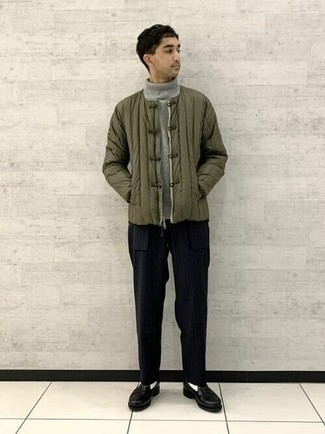 Grauen Wollrollkragenpullover kombinieren – 206 Herren Outfits: Tragen Sie einen grauen Wollrollkragenpullover und eine schwarze vertikal gestreifte Chinohose für ein Alltagsoutfit, das Charakter und Persönlichkeit ausstrahlt. Fühlen Sie sich mutig? Komplettieren Sie Ihr Outfit mit schwarzen Leder Slippern.