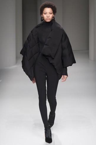 Wie kombinieren: schwarze Daunenjacke, schwarzer Rollkragenpullover, schwarze enge Hose, schwarze Samt Stiefeletten