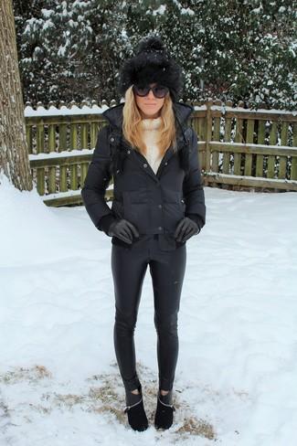 Wie kombinieren: schwarze Daunenjacke, weißer Strick Rollkragenpullover, schwarze enge Hose aus Leder, schwarze Wildleder Stiefeletten