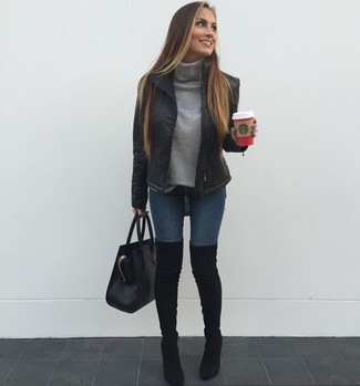 Wie kombinieren: schwarze Daunenjacke, grauer Rollkragenpullover, dunkelblaue enge Jeans, schwarze Overknee Stiefel aus Wildleder