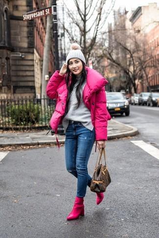 Wie kombinieren: fuchsia Daunenjacke, grauer Rollkragenpullover, blaue enge Jeans mit Destroyed-Effekten, fuchsia Leder Stiefeletten