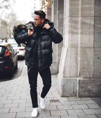 Wie kombinieren: schwarze Daunenjacke, schwarzer Rollkragenpullover, schwarze enge Jeans, weiße niedrige Sneakers