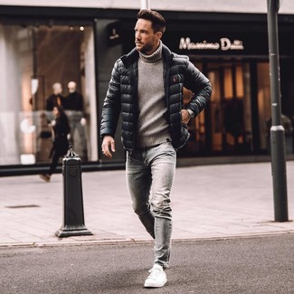 Wie kombinieren: schwarze Daunenjacke, grauer Strick Rollkragenpullover, graue enge Jeans, weiße Leder niedrige Sneakers