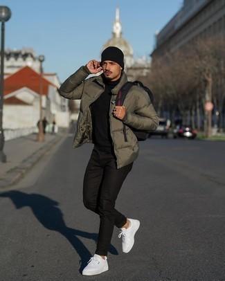Weiße Leder niedrige Sneakers kombinieren – 500+ Herren Outfits: Erwägen Sie das Tragen von einer olivgrünen Daunenjacke und schwarzen engen Jeans für einen bequemen Alltags-Look. Weiße Leder niedrige Sneakers sind eine großartige Wahl, um dieses Outfit zu vervollständigen.