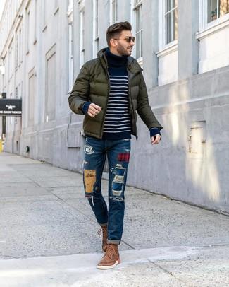 dunkelgrüne Daunenjacke, dunkelblauer und weißer horizontal gestreifter Rollkragenpullover, blaue Jeans mit Flicken, braune Brogue Stiefel aus Leder für Herren