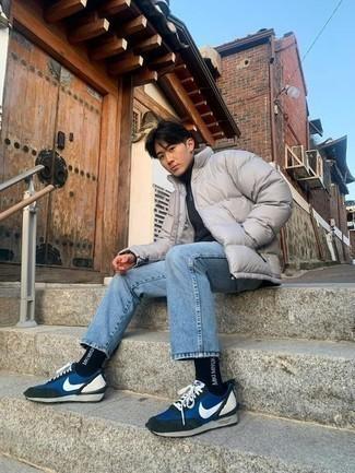 Jeans kombinieren – 500+ Herren Outfits: Kombinieren Sie eine graue Daunenjacke mit Jeans für Ihren Bürojob. Suchen Sie nach leichtem Schuhwerk? Entscheiden Sie sich für blauen Sportschuhe für den Tag.