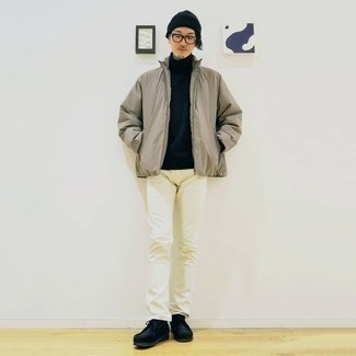 Weiße Jeans kombinieren – 761+ Herren Outfits: Kombinieren Sie eine hellbeige Daunenjacke mit weißen Jeans, um einen eleganten, aber nicht zu festlichen Look zu kreieren. Schwarze Chukka-Stiefel aus Wildleder sind eine kluge Wahl, um dieses Outfit zu vervollständigen.