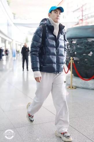 Wie kombinieren: dunkelblaue Daunenjacke, weißer Strick Rollkragenpullover, weiße Jogginghose, graue Sportschuhe