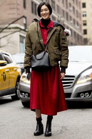 Wie kombinieren: olivgrüne Daunenjacke, schwarzer Strick Rollkragenpullover, rotes Shirtkleid, schwarze Keilstiefeletten aus Leder