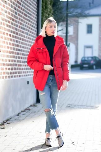 Hellblaue Jeans mit Destroyed-Effekten kombinieren: Wenn Sie ein lässiges Alltags-Outfit erzielen müssen, probieren Sie die Kombi aus einer roten Daunenjacke und hellblauen Jeans mit Destroyed-Effekten. Fühlen Sie sich ideenreich? Entscheiden Sie sich für grauen Segeltuch Oxford Schuhe.
