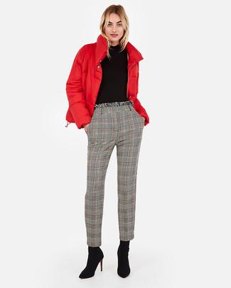 Wie kombinieren: rote Daunenjacke, schwarzer Rollkragenpullover, graue Karottenhose mit Schottenmuster, schwarze Wildleder Stiefeletten