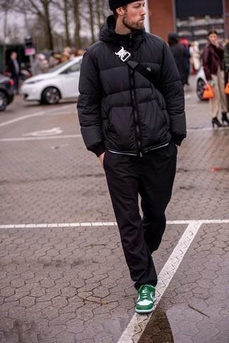 Weiße und grüne Leder niedrige Sneakers kombinieren – 108 Herren Outfits: Vereinigen Sie eine schwarze Daunenjacke mit einer schwarzen Chinohose für Ihren Bürojob. Wenn Sie nicht durch und durch formal auftreten möchten, vervollständigen Sie Ihr Outfit mit weißen und grünen Leder niedrigen Sneakers.