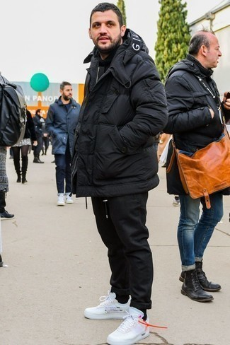 Schwarze Daunenjacke kombinieren: trends 2020: Eine schwarze Daunenjacke und eine schwarze Chinohose sind eine großartige Outfit-Formel für Ihre Sammlung. Suchen Sie nach leichtem Schuhwerk? Komplettieren Sie Ihr Outfit mit weißen Sportschuhen für den Tag.