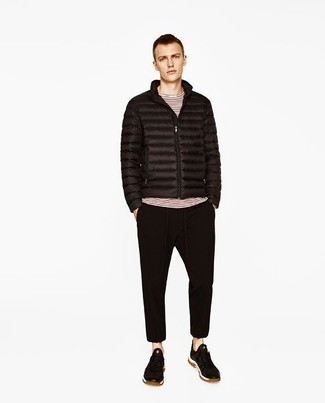 Wie kombinieren: schwarze Daunenjacke, weißes und rotes horizontal gestreiftes Langarmshirt, schwarze Jogginghose, schwarze Wildleder niedrige Sneakers
