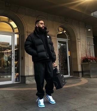 Daunenjacke kombinieren – 500+ Herren Outfits: Kombinieren Sie eine Daunenjacke mit einer schwarzen Jogginghose, um mühelos alles zu meistern, was auch immer der Tag bringen mag. Suchen Sie nach leichtem Schuhwerk? Entscheiden Sie sich für weißen und blauen hohe Sneakers aus Leder für den Tag.