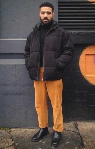 Schwarze Chelsea Boots aus Leder kombinieren: trends 2020: Kombinieren Sie eine schwarze Daunenjacke mit einer rotbraunen Cord Chinohose, wenn Sie einen gepflegten und stylischen Look wollen. Fühlen Sie sich mutig? Ergänzen Sie Ihr Outfit mit schwarzen Chelsea Boots aus Leder.