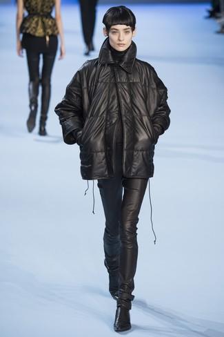 schwarze Leder Daunenjacke, schwarzer Rollkragenpullover, schwarze enge Hose aus Leder, schwarze Leder Stiefeletten für Damen