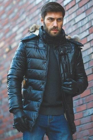 Wie kombinieren: schwarze Daunenjacke, schwarzer Rollkragenpullover, blaue Jeans, schwarze Lederhandschuhe